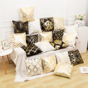 Krásné povlaky na polštáře se zlatými ornamenty